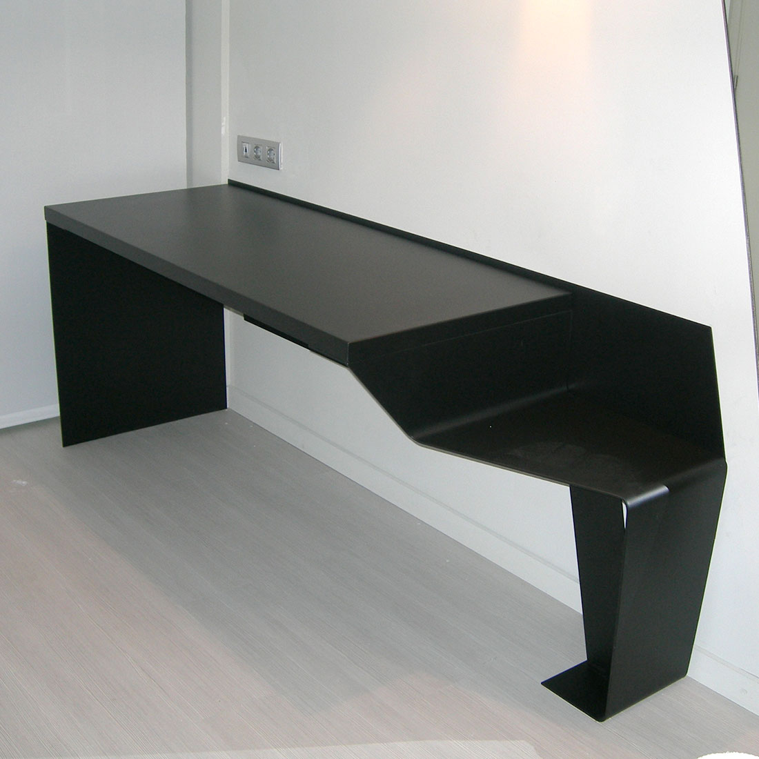 mesas de acero -fugrup-hotel-rosello-decoracion-mesa-habitacion_03