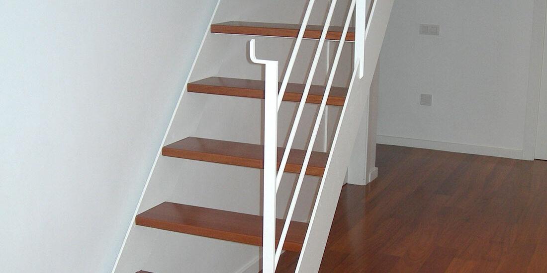 fabricación de escaleras y barandillas a medida -fugrup-particular-metal-escalera-casa_02