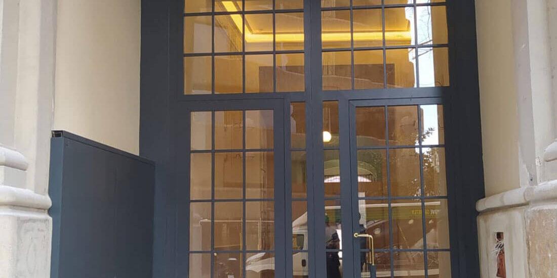 arquitectura-fugrup-edificio-aribau- puertas de un edificio