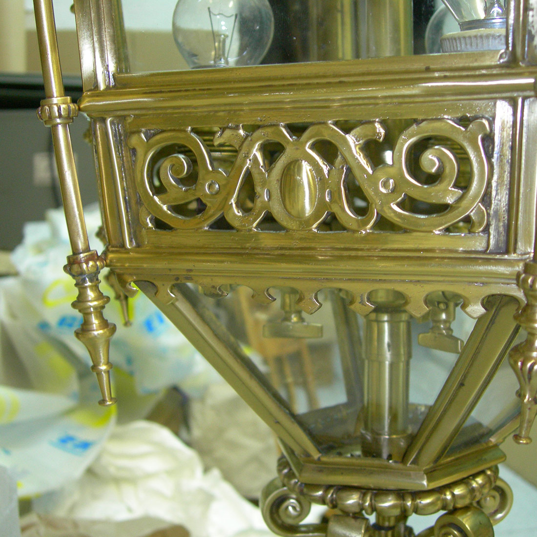 gadget-fugrup-lampara-metal-dorada_02